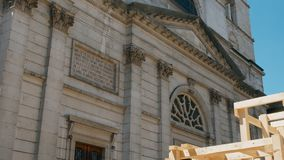 Seguindo o tiro do andaime de madeira na igreja, Annecy França filme