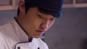 Seguindo o tiro do arroz de mistura de sorriso do cozinheiro chefe asiático dentro vídeos de arquivo
