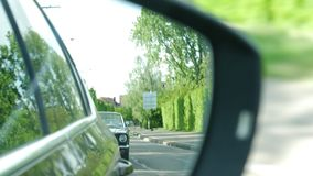 seguire convertibile dell'automobile del mustang di riflessione di vista dello specchio di automobile stock footage