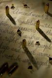 Segunda enmienda con las balas que echan sombras sobre el documento imagen de archivo libre de regalías