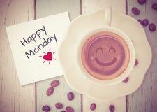 Segunda-feira feliz com o copo de café na tabela Fotos de Stock Royalty Free