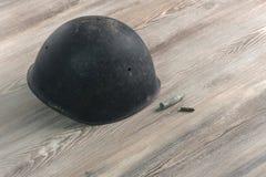 Segunda Guerra Mundial, militar del casco, balas, cruz de la guerra Imágenes de archivo libres de regalías