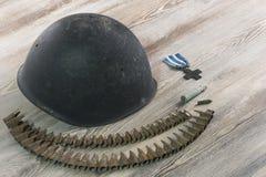 Segunda Guerra Mundial, militar del casco, balas, cruz de la guerra Imagen de archivo