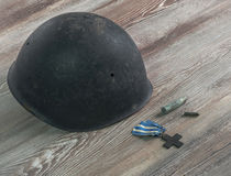 Segunda Guerra Mundial, militar del casco, balas, cruz de la guerra Fotos de archivo