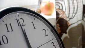 Segunda mano de funcionamiento de un reloj en la cocina Timelapse almacen de video