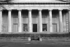 Segundo edificio de banco blanco y negro imágenes de archivo libres de regalías