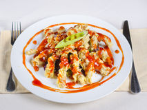 Segundo plato apetitoso en los utensilios de la tabla en lado Fotos de archivo