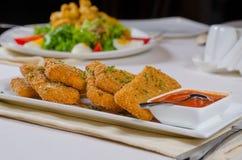 Segundo plato delicioso con la salsa en la tabla blanca Foto de archivo libre de regalías