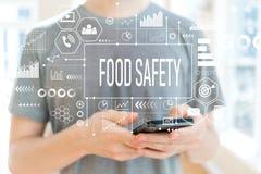 Segurança alimentar com o homem que usa um smartphone foto de stock royalty free
