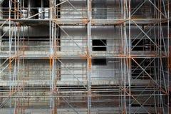 Segurança da construção com um andaime contínuo Fotos de Stock