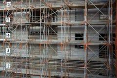 Segurança da construção com um andaime contínuo Imagens de Stock Royalty Free
