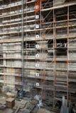 Segurança da construção com um andaime contínuo Foto de Stock Royalty Free