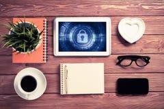 Segurança da Web e conceito da tecnologia com o PC da tabuleta na aba de madeira Fotos de Stock
