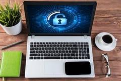 Segurança da Web e conceito da tecnologia com o portátil na tabela de madeira Imagens de Stock Royalty Free
