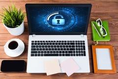 Segurança da Web e conceito da tecnologia com o portátil na tabela de madeira Fotografia de Stock Royalty Free