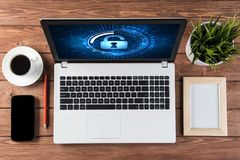 Segurança da Web e conceito da tecnologia com o portátil na tabela de madeira Foto de Stock