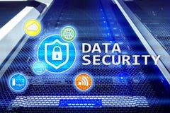 Segurança de dados, prevenção da criminalidade do cyber, proteção de informação de Digitas Trave ícones e fundo da sala do servid fotos de stock
