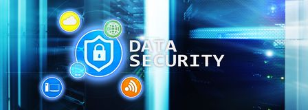 Segurança de dados, prevenção da criminalidade do cyber, proteção de informação de Digitas Trave ícones e fundo da sala do servid foto de stock royalty free