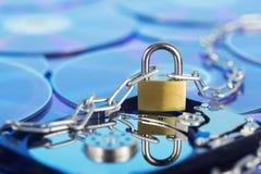 Segurança de dados, proteção de informação e defesa das informações pessoais Padlock no disco do disco rígido no fundo do disco d foto de stock