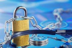 Segurança de dados, proteção de informação e defesa das informações pessoais Padlock no disco do disco rígido no fundo do disco d fotos de stock royalty free
