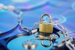 Segurança de dados, proteção de informação e defesa das informações pessoais Padlock no disco do disco rígido no fundo do disco d fotografia de stock
