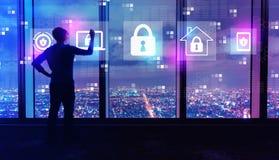 Segurança do Cyber com o homem por grandes janelas na noite ilustração royalty free