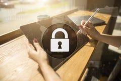 Segurança do Cyber, proteção de dados tecnologia do Internet e conceito do negócio Imagens de Stock Royalty Free