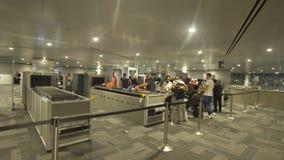 Segurança e controle de passaporte no aeroporto em Doha, Catar foto de stock