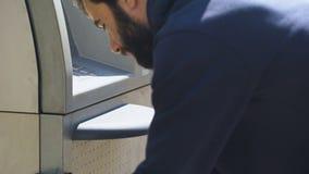 Segurança que verifica a segurança do serviço do dinheiro-em-trânsito da máquina de caixa automatizado filme