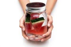 Segure a bebida deliciosa um o vidro da melancia fresca Imagens de Stock Royalty Free