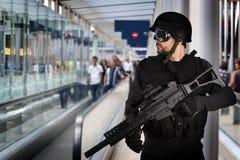 Seguridad aeroportuaria, policía armada Imagen de archivo libre de regalías