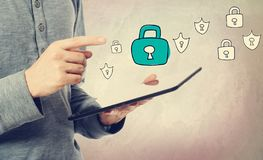 Seguridad cibernética con el hombre que sostiene una tableta imagen de archivo