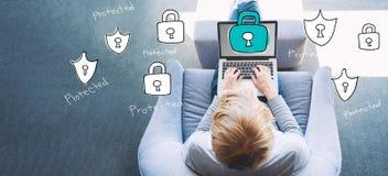 Seguridad cibernética con el hombre que usa un ordenador portátil foto de archivo libre de regalías