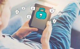 Seguridad cibernética con el hombre que usa una tableta imagen de archivo libre de regalías