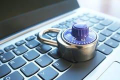 Seguridad cibernética con la cerradura de dial azul del número en el ordenador portátil Keyoard de alta calidad fotografía de archivo libre de regalías