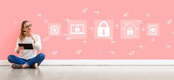 Seguridad cibern?tica con la mujer que usa una tableta imagenes de archivo