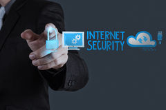 Seguridad conmovedora de Internet de la mano del hombre de negocios en línea Imágenes de archivo libres de regalías