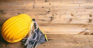 Seguridad de construcción Casco, guantes y vidrios protectores en el fondo de madera, espacio de la copia, visión superior Fotos de archivo