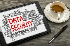 Seguridad de datos manuscrita en la PC de la tableta con la nube relacionada de la palabra imagen de archivo