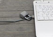 Seguridad de Internet y concepto de la protección de la red en fondo de madera gris fotografía de archivo