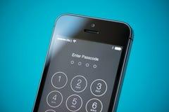 Seguridad de la contraseña en el iPhone 5S de Apple Foto de archivo libre de regalías