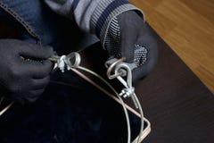 Seguridad de ordenador Protección del acceso a los datos La tableta es protegida por un cable de la seguridad y una cerradura Un  foto de archivo libre de regalías