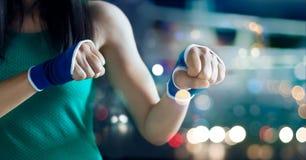 Seguridad del boxeador de la mujer en un vendaje del estiramiento, entrenar al trabajo del cojín del boxeo Fotografía de archivo