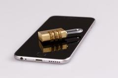 Seguridad del teléfono celular - cerradura y teléfono en blanco Fotografía de archivo libre de regalías