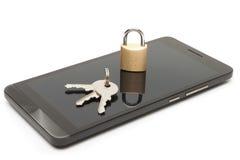 Seguridad del teléfono móvil y concepto de la protección de datos Smartphone con la pequeña cerradura y llaves sobre ella Fotografía de archivo libre de regalías