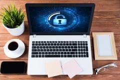 Seguridad del web y concepto de la tecnología con el ordenador portátil en la tabla de madera Imágenes de archivo libres de regalías