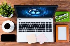 Seguridad del web y concepto de la tecnología con el ordenador portátil en la tabla de madera Fotos de archivo