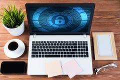 Seguridad del web y concepto de la tecnología con el ordenador portátil en la tabla de madera Foto de archivo