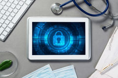 Seguridad del web y concepto de la tecnología con PC de la tableta en la tabla Fotografía de archivo libre de regalías