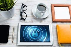 Seguridad del web y concepto de la tecnología con PC de la tableta en la tabla de madera Imagenes de archivo